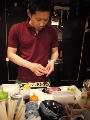 寿司を握る店長
