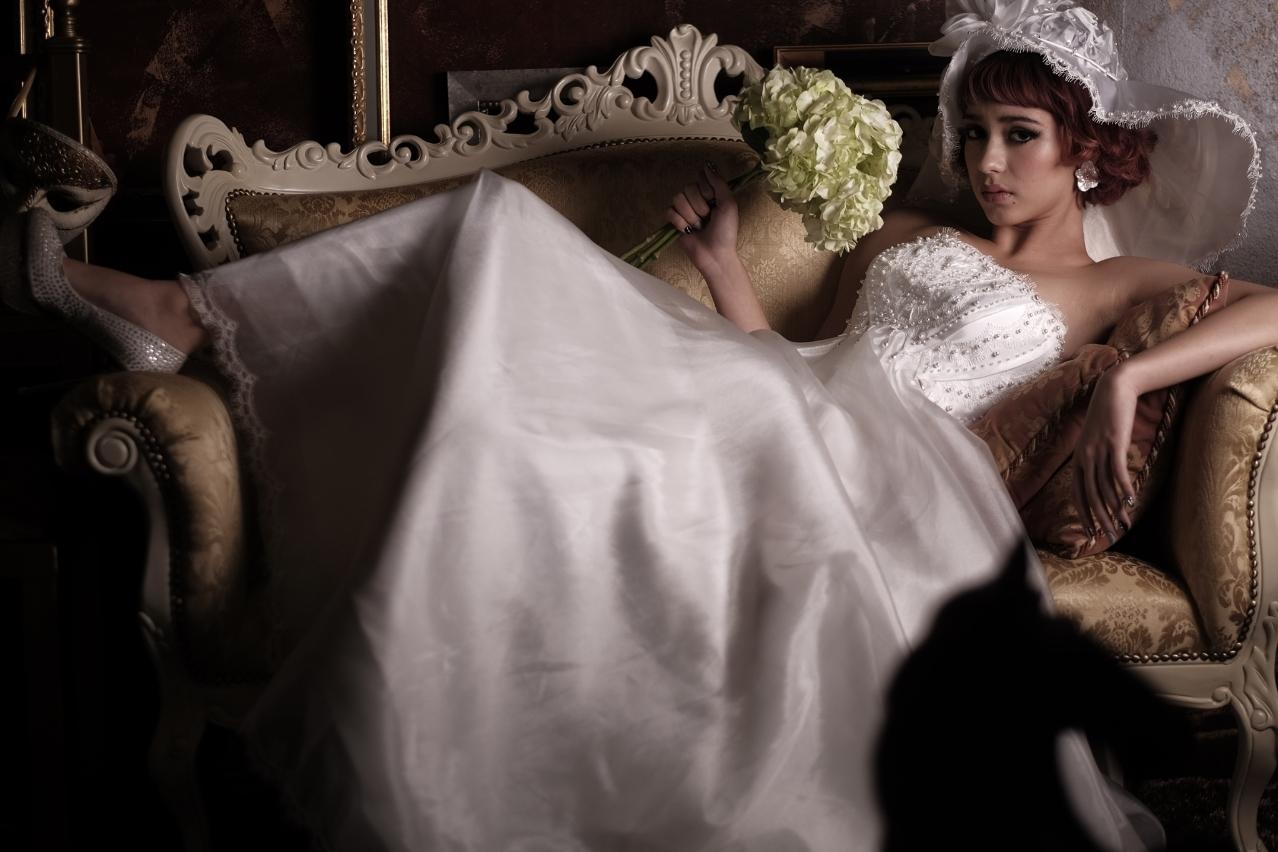 華やかな胸元はフレンチレースにパールとスワロフスキーをハンドメイド