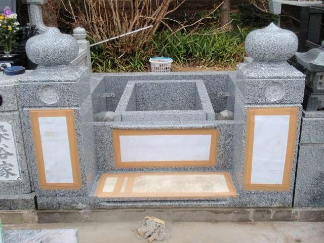 施工の流れ-親柱・カロート・据付・カロートはすべて御影石使用です