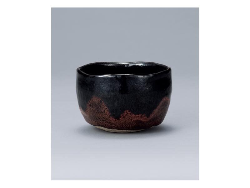 大樋 陶冶斎 「朱釉黒茶碗」 ©Ohi Toyasai