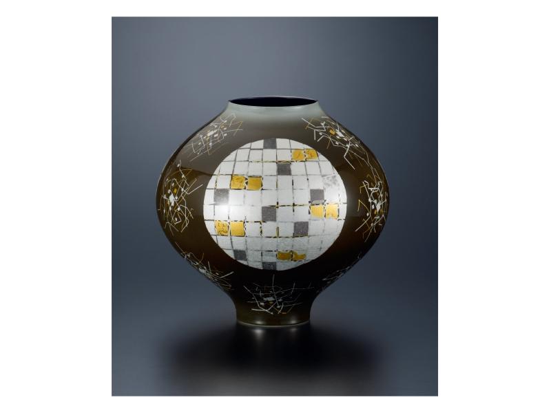 中田 一於 「紫地白銀釉裏金銀彩壷」©Kazuo Nakata
