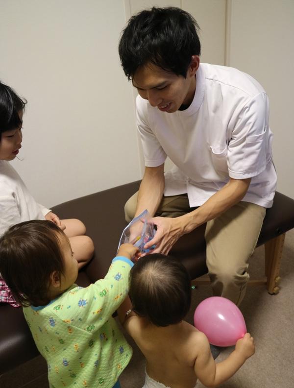 小児はり:使用する鍼(はり)と治療風景7