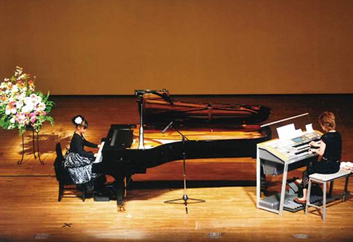ピアノ、エレクトーン演奏