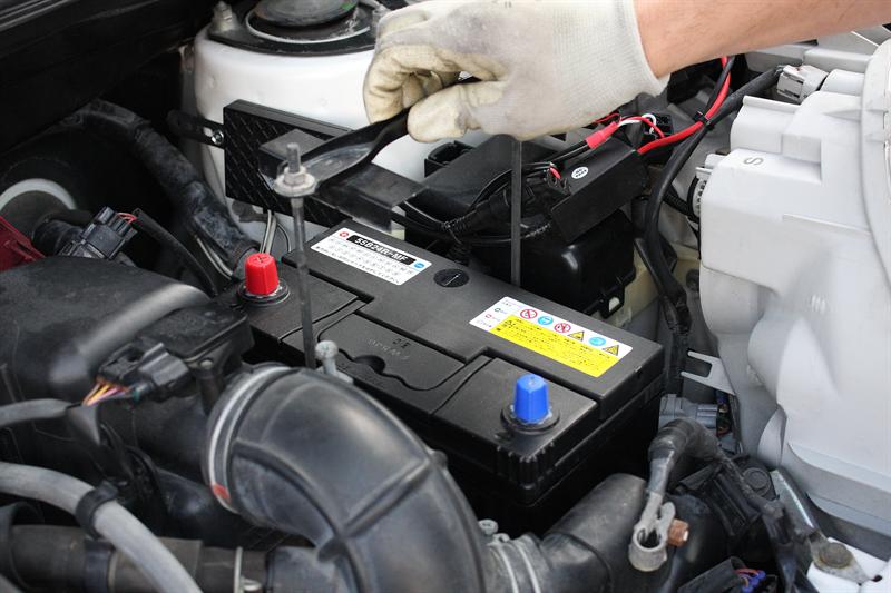 3)で外したステーで新しいバッテリーを固定する。