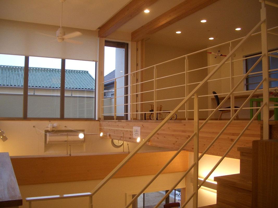 8mの吹き抜けがある家_階段から2階