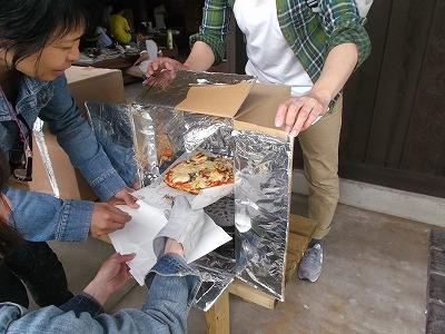 ダンボールオーブンでピザ作り