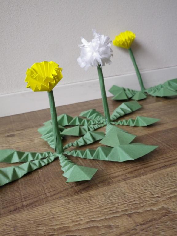 すべての折り紙 折り紙 ハート 立体 : 紙で出来た、タンポポが店内で ...