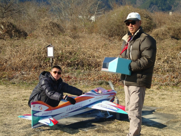 朝早く飛行場に来て練習Y梨親子