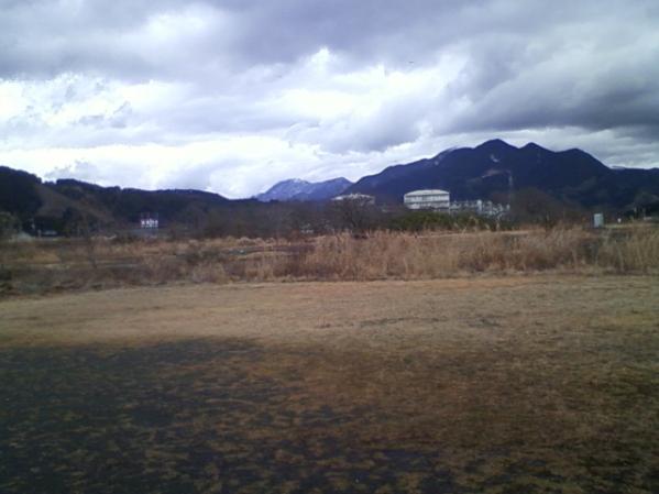 遠くの山は昨日降った雪が残ってます。