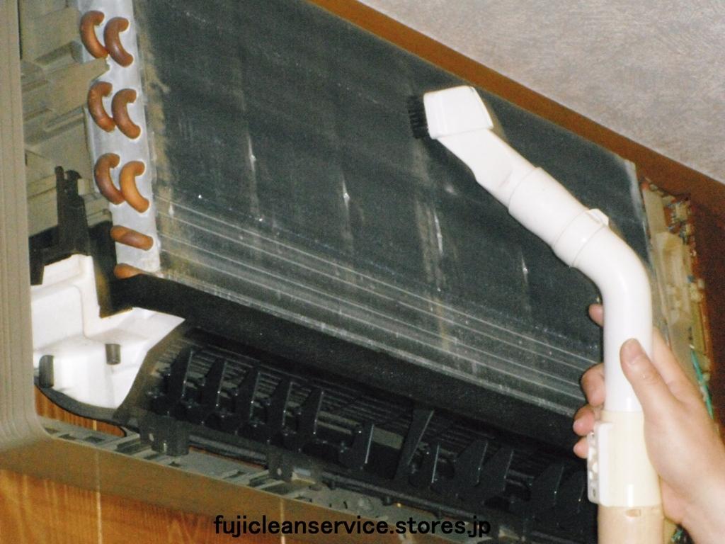 エアコン内部掃除機かけ